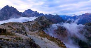 Schöner Washington Autumn Nature Scenery - Ahorn-Durchlauf-Schleifenspur stockfotos