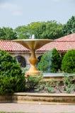 Schöner Wasserbrunnen im Garten Stockfotos