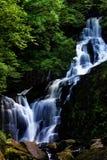 Schöner Wasserfall. Lizenzfreie Stockbilder