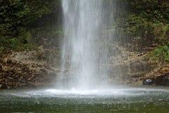 Schöner Wasserfall lizenzfreie stockfotos