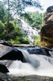 Schöner Wasserfall auf Berg stockfotografie