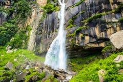 Schöner Wasserfall in den Bergen Lizenzfreie Stockfotos