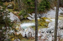 Schöner Wasserfall in den Bergen - Europa, hohes Tatras stockbilder