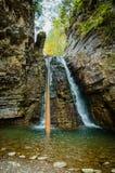 Schöner Wasserfall in den Felsen Stockfotos