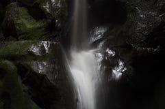 Schöner Wasserfall in der mounain Adrspach-Felsen-Stadt Lizenzfreie Stockfotos