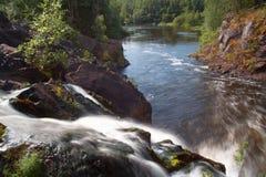 Schöner Wasserfall in der Sommerperiode Stockbild