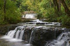 Schöner Wasserfall in Frankreich am schönen Sommertag Stockbild