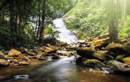 Schöner Wasserfall gelegen in doi Inthanon-chiangmai, Thailand Lizenzfreies Stockbild