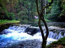 schöner Wasserfall im Freien Stockfotos