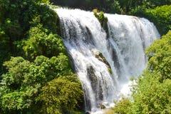 schöner Wasserfall im Freien Schöne Natur lizenzfreie stockbilder