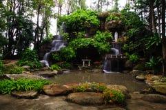Schöner Wasserfall im Garten Stockfotografie