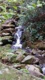 Schöner Wasserfall im Herbst lizenzfreie stockbilder