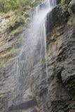 Schöner Wasserfall im Park Lizenzfreies Stockfoto