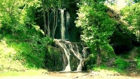 Schöner Wasserfall im Sommer stock video footage