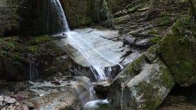 Schöner Wasserfall im Wald stock footage