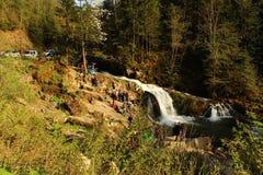 Schöner Wasserfall im Wald Ukraine Stockbilder