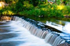 Schöner Wasserfall Lososyanka-Fluss, Grodno, Weißrussland Stockfoto