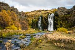 Schöner Wasserfall mit Fluss Stockfotografie