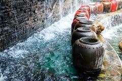Schöner Wasserfall und großes Wasser-Glas Stockfotografie