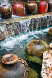 Schöner Wasserfall und großes Wasser-Glas Stockfotos