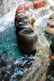 Schöner Wasserfall und großes Wasser-Glas Lizenzfreie Stockfotografie