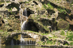 Schöner Wasserfall und wenig Brücke der Felsen lizenzfreie stockfotografie