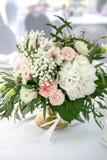 Schöner weißer Abendtisch für die Gäste verziert mit dem Grün und langem Stoff Blumenanordnung für Hortensien, Rosen, gipsophil stockbild
