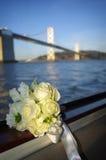 Schöner weißer Blumenstrauß und Brücke Lizenzfreies Stockbild