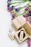 Schöner weißer Heiratsusb-Blitz-Antrieb in der handgemachten Holzkiste der Weinlese mit Wildflowers Ist hier ein Foto von 4 Strah Stockfotografie