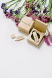 Schöner weißer Heiratsusb-Blitz-Antrieb in der handgemachten Holzkiste der Weinlese mit Wildflowers Ist hier ein Foto von 4 Strah Lizenzfreie Stockfotografie