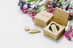 Schöner weißer Heiratsusb-Blitz-Antrieb in der handgemachten Holzkiste der Weinlese mit Wildflowers Ist hier ein Foto von 4 Strah Stockfotos
