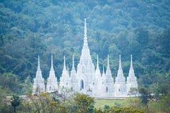 Schöner weißer Kirchentempel Buddhismus im Tal stockbild