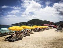 Schöner weißer Sand im Strand mit blauem Himmel Lizenzfreie Stockfotos