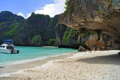 Schöner weißer sandiger Strand neben dem blauen Ozean umgeben durch die treed Felsen thailand stockfotografie