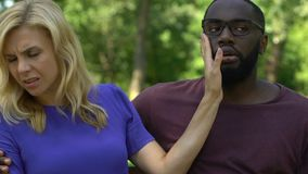 Schöner weiblicher ablehnender afroer-amerikanisch Mann, versuchend, sie, Freundzone zu küssen stock video footage