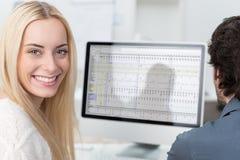 Schöner weiblicher Büroangestellter Stockfotografie