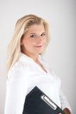 Schöner weiblicher Büroangestellter mit einem Faltblatt Stockfoto