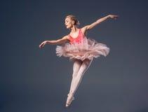 Schöner weiblicher Balletttänzer auf einem Grau Lizenzfreie Stockfotos