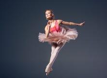 Schöner weiblicher Balletttänzer auf einem Grau Lizenzfreies Stockbild