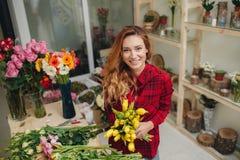 Schöner weiblicher Florist im Blumenladen Lizenzfreies Stockbild