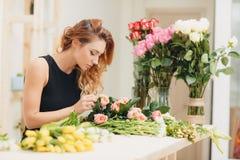 Schöner weiblicher Florist im Blumenladen Stockbild