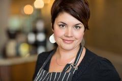 Schöner weiblicher Inhaber im Café Lizenzfreies Stockfoto