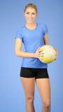 Schöner weiblicher Innenvolleyballspieler Stockbild