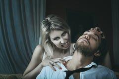 Schöner weiblicher Vampir und ihr Opfer stockbilder