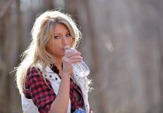 Schöner weiblicher Wanderer - Nehmen eines Getränks des Wassers Lizenzfreie Stockbilder