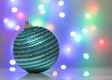 Schöner Weihnachtsball auf dem Hintergrund bokeh Stockbilder