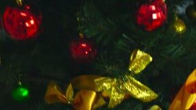 Schöner Weihnachtsbaum mit Geschenken und Spielwaren stock footage