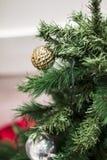 Schöner Weihnachtsbaum und Ball Dekoration stockfotografie