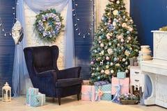 Schöner Weihnachtsdekor, Spielwaren des neuen Jahres, Glühen in der dunklen Girlande Weihnachtsbaum verziert mit Spielwaren und B Stockfotografie