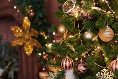 Schöner Weihnachtsdekor, Spielwaren des neuen Jahres, Glühen in der dunklen Girlande Weihnachtsbaum verziert mit Spielwaren und B Stockfotos